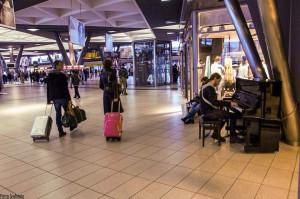 """Stazione di Napoli, il pianoforte """"di tutti"""" torna a suonare"""